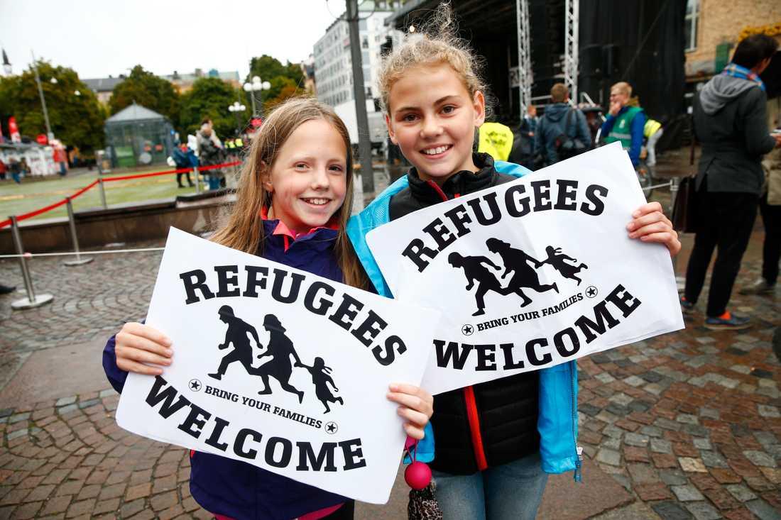 Milla Ösgård, 11 med kompisen Lisa Edgren Schüllerqvist, 11, båda från Stockholm. – Vi ska dela ut lappar till folk, vi vill att flyktingarna ska få komma hit. Det är väldigt viktigt och det tycker min storebror också.