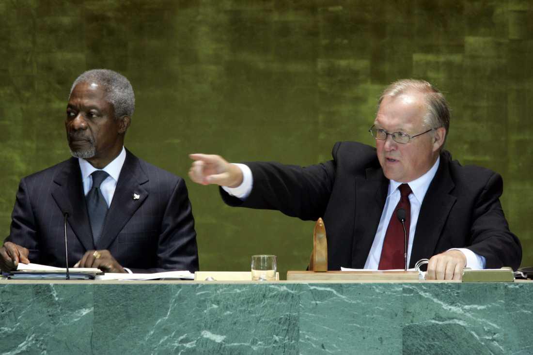 2005: Tidigare svenska statsministern Göran Persson (S) ber åhörarna vara tysta när Kofi Annan talar under FN:s världsmöte.