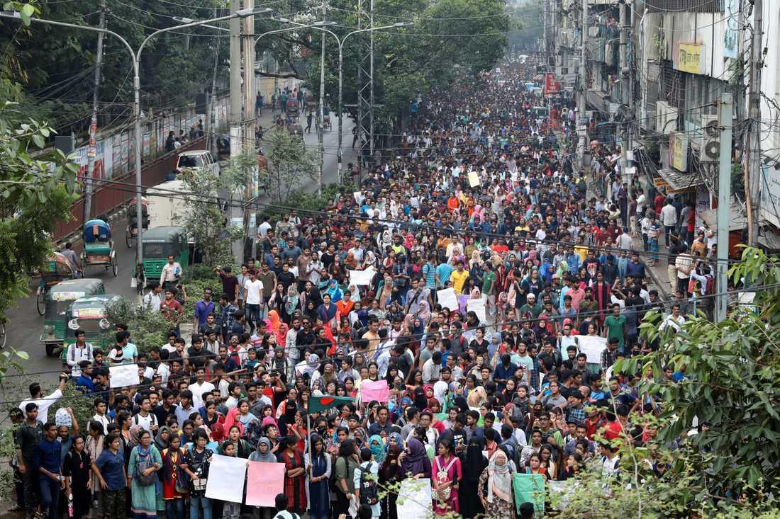 Tusentals studenter har samlats för att protestera.