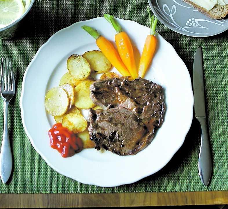 Dyr lunch Den äter lunch på restaurang betalar betydligt mer för maten än den som väljer lunchlåda.