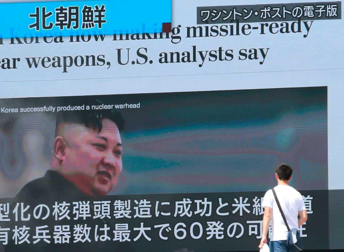 Det upptrappade ordkriget mellan Nordkorea och USA följs i stora delar av världen. Här en nyhetssändning på storbildsskärm i Japan.