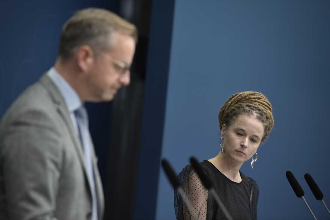 Inrikesminister Mikael Damberg (S) och kultur-, demokrati och idrottsminister Amanda Lind (MP) vid en pressträff om undantag i inreseförbudet i förra veckan. Arkivbild.