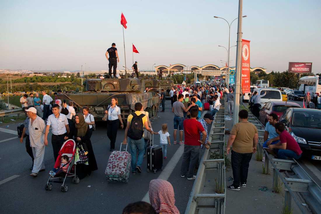 Medan man på Taksimtorget hänger en turkisk flagga över en polisbil och hejar glatt så är det skarpa polisinsatser på nära håll.