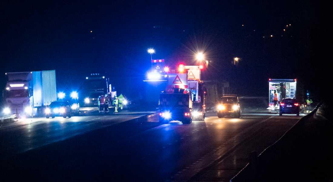 Flera personer har förts till sjukhus efter en trafikolycka med flera bilar och en lastbil på E4 vid Hyllinge. Lastbilen välte och låg på sidan över båda körbanorna.
