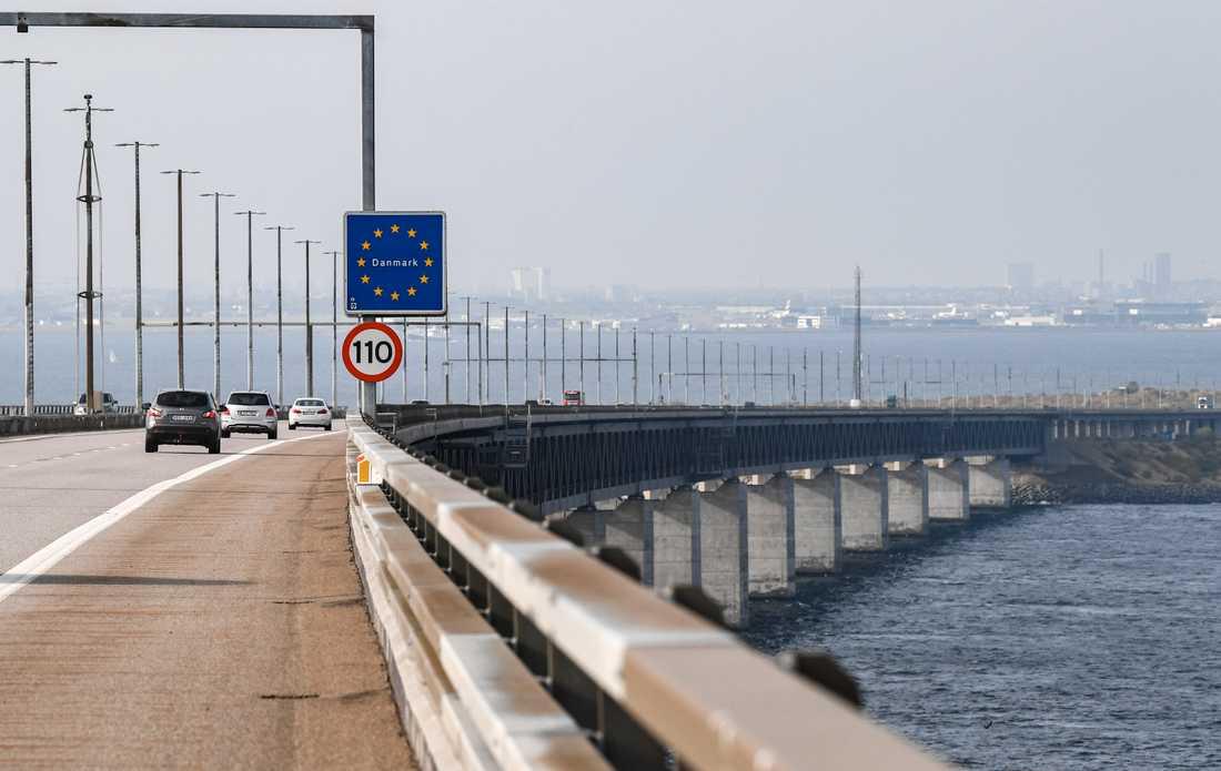 Trafik på Öresundsbron med skylt som visar var gränsen mellan Sverige och Danmark går.