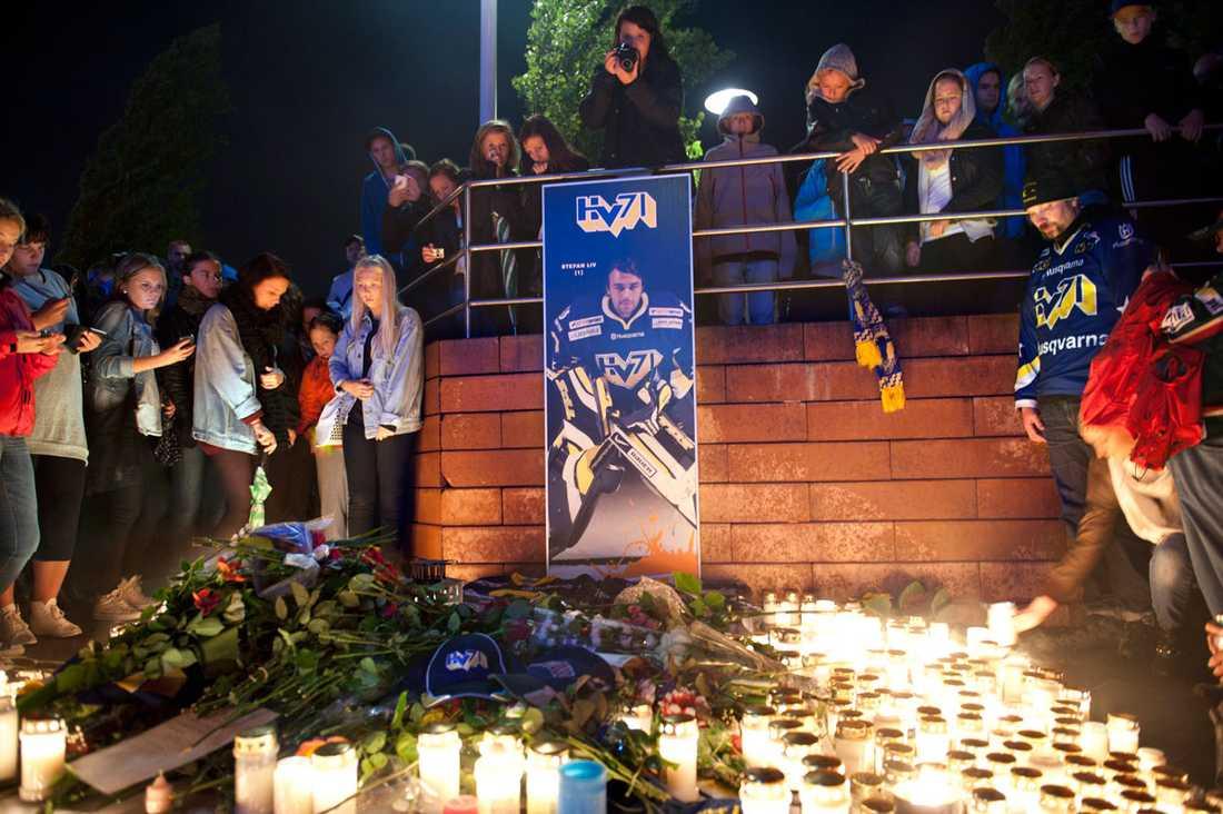 Stefan Liv hedras utanför Kinnarps Arena i Jönköping av hans trogna fans.