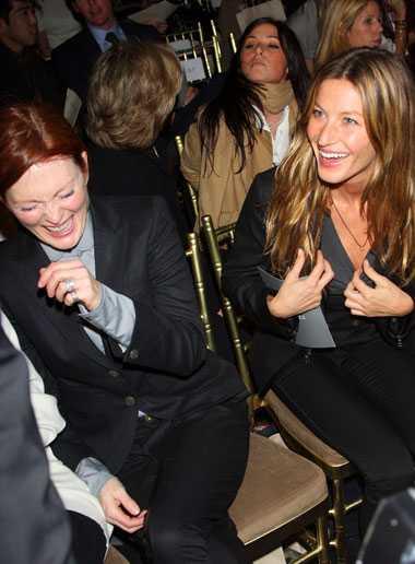 Julianne Moore och supermodellen Gisele Bündchen tyckte kollektionen de såg på var sjukt kul!
