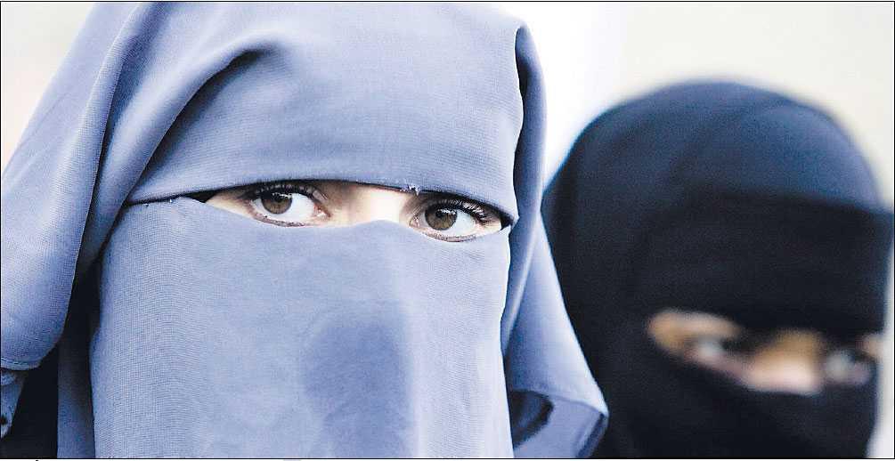 två sidor Frankrikes nya beslut om förbud mot burka och niqab på allmän plats är två sidor av samma ofrihet – tvånget att bära en viss klädsel – och tvånget att ta av den.