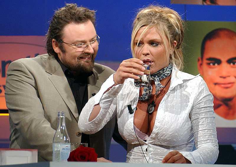 """Programledaren Adam Alsing tröstar deltagaren Linda Rosing efter att hon röstats ut ur """"Big Brother"""" 2003."""
