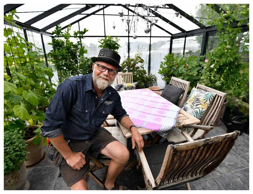 Bosse Rappne visar runt i sitt privata växthus.