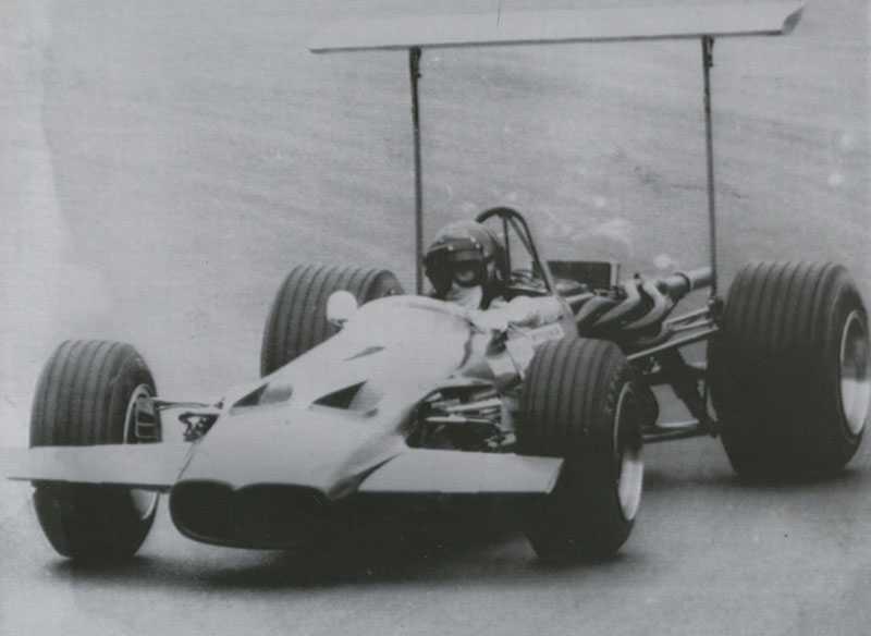 9. Lotus 49 B Är det ett regnskydd? Nåja, Jochen Rindts och Graham Hills bilar visade sig vara farliga, båda bilarna gick sönder på den ojämna banan i Montjuic, Spanien, och förarna hade tur som klarade sig utan skador. De höga vingarna förbjöds sedan eftersom de var för farliga.