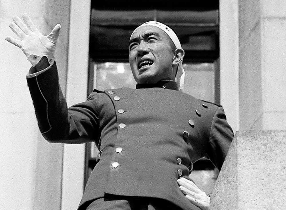 Japanske författaren Yukio Mishima under kuppförsöket 1970.