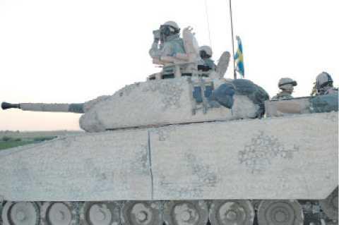 """sköt tillbaka En svensk stridsvagn på platsen där svenska soldater dagen innan blivit överfallna i Afghanistan. Tre angripare dödades i eldstriden och två svenskar skadades. Attacken finns att läsa på Wikileaks. """"Tidigare var det väldigt ovanligt att man besvarade eld, men det är något vi ser allt oftare numera"""", säger Johan Tejpar, Afghanistanexpert på FOI."""