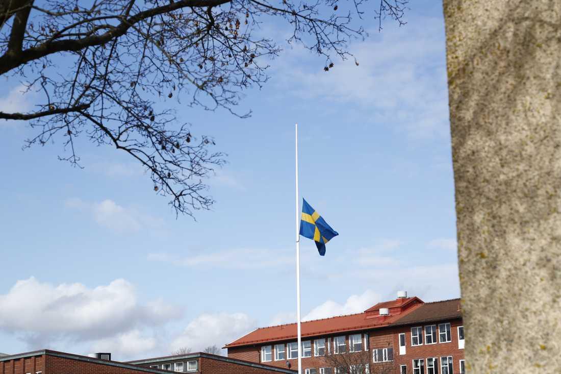 Flagga på halv stång utanför skolan som eleverna kommer ifrån.