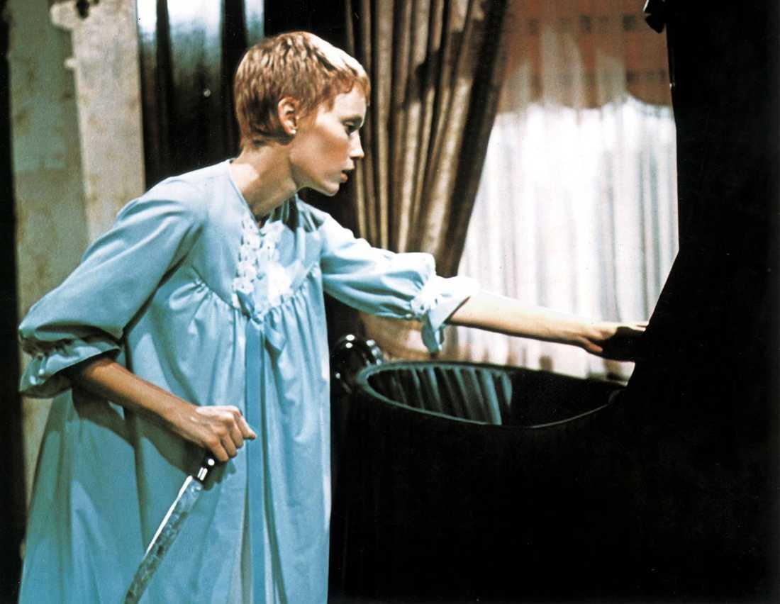 2 Rosemary's baby Inspelningsår: 1968. Skådespelare: Mia Farrow, John Cassavetes, Ruth Gordon. Handling i korthet: Grannarna från helvetet drar in ungt, nyinflyttat par i en djävulsk komplott.  Klassisk scen: Rosemary (Mia Farrow) befruktas med satans barn under minst sagt kusliga former.