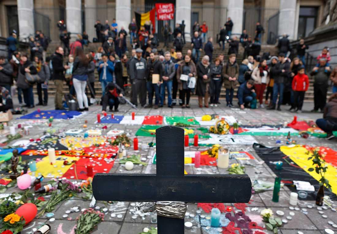 Terrorattacken i Bryssel. 34 människor dog och över 250 skadades av två bomber i avgångshallen på flygplatsen Zaventem och en bomb i tunnelbanan nära stationen Maelbeek den 22 mars 2016. is har tagit på sig attentaten. Khalid el Bakraoui och Ibrahim el Bakraoui och Najim Laachraoui misstänkts för dådet på flygplatsen. Sörjande på Place de la Bourse.