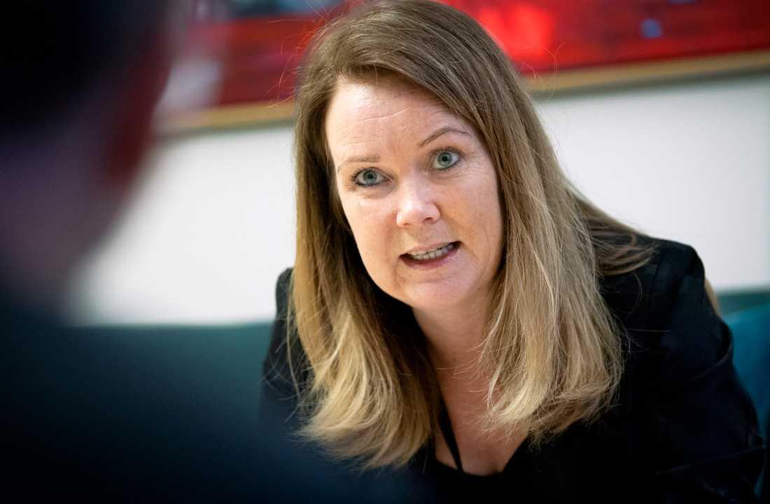 Landsbygdsminister Jennie Nilsson (S) skjuter skulden för utebliven ersättning till skogsägare för skogsskydd på M och KD och deras budget, som fick majoritet i riksdagen. Arkivbild.