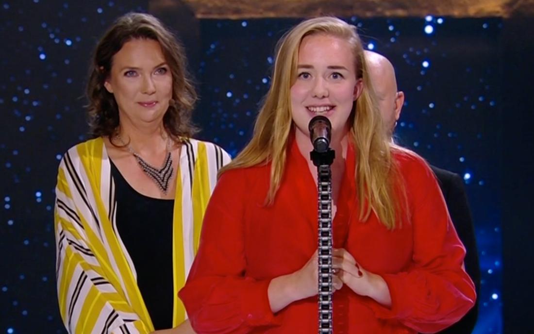 """Moa Lundqvist, medverkande i serien """"Dips"""" tar emot pris för Årets komedi."""