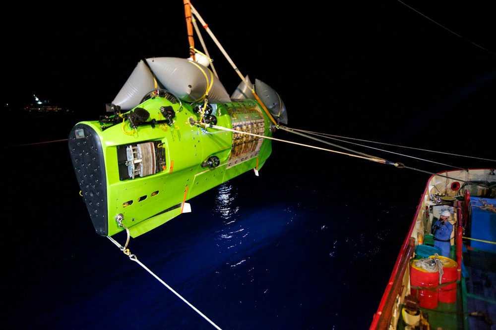 Här kastas James Cameron och Deepsea Challenger i vattnet.