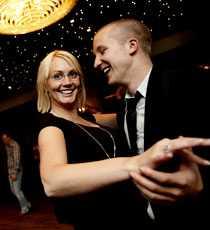Gammal kärlek Anna Svensson och Jonas Fionsson har varit ett par sedan högstadiet och ser lika kära ut nu som då.