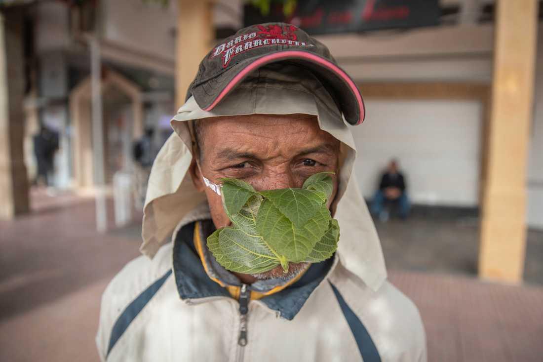 En man i Marockos huvudstad Rabat har tillverkat ett munskydd av ett fikonlöv för att skydda sig mot smitta. Arkivbild.