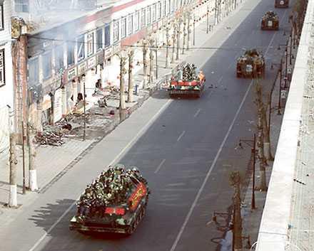 Kinesisk militär patrullerar gatorna i Lhasa, Tibets huvudstad.