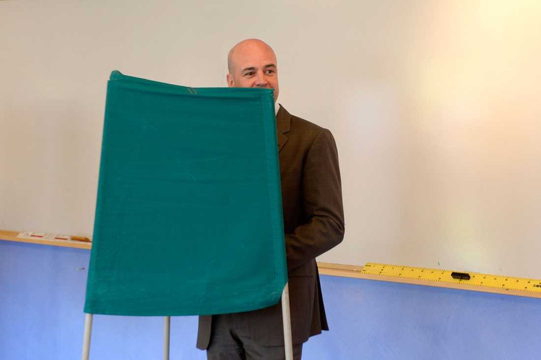 Statsminister Fredrik Reinfeldt röstar i Täby.