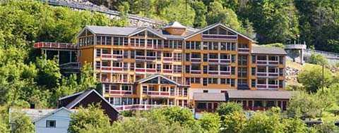 Här, på Grande Fjord Hoteli norska Geiranger, glömde en familj kvar sin sexårige son. Pojken hittades gråtande av hotellpersonalen.
