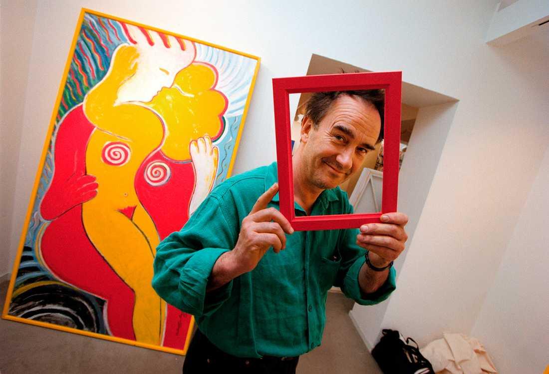 """Robban Broberg packar upp sin kommande utställning """"Omfamningar"""" på Galleri Händer i Stockholm 1998."""