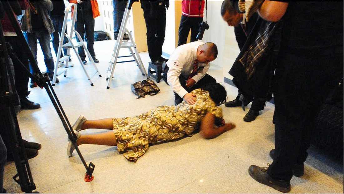 Beskedet om erkännandet fick mammans väninna Sophia Njoroge att kollapsa utaför rättsalen.