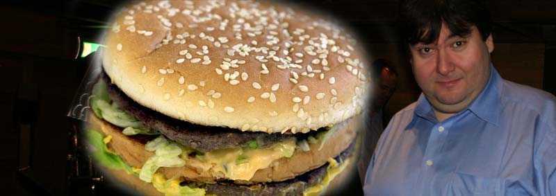 24 burgare på ett dygn Det ska Murat Sahan äta för att inte förlora tusen kronor i ett annorlunda vad. Hamburgaren på bilden är en Big Mac, den sort som vadet gäller.