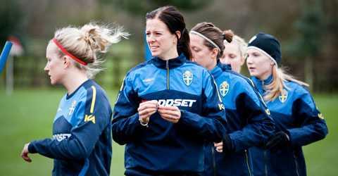 Sverige spelar playoff till VM mot Danmark i dag. Men till skillnad från herrarna får de ingen bonus om de tar sig dit.