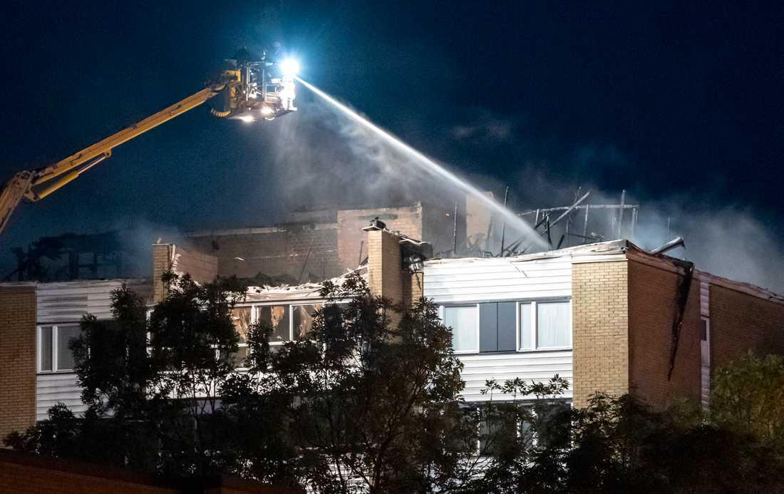 Vinden och två lägenheter totalfrstördes i branden.