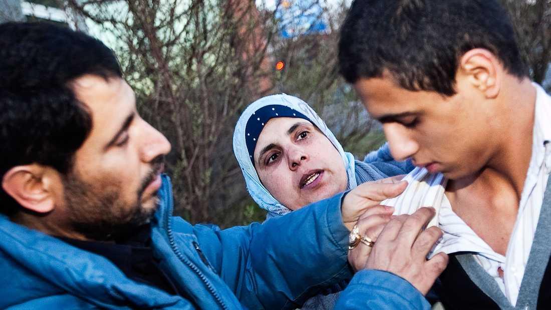 """""""MYCKET PROVOCERANDE"""" Mohammed Almaani, här med sin mamma och pappa, släpptes vid niotiden i går kväll."""