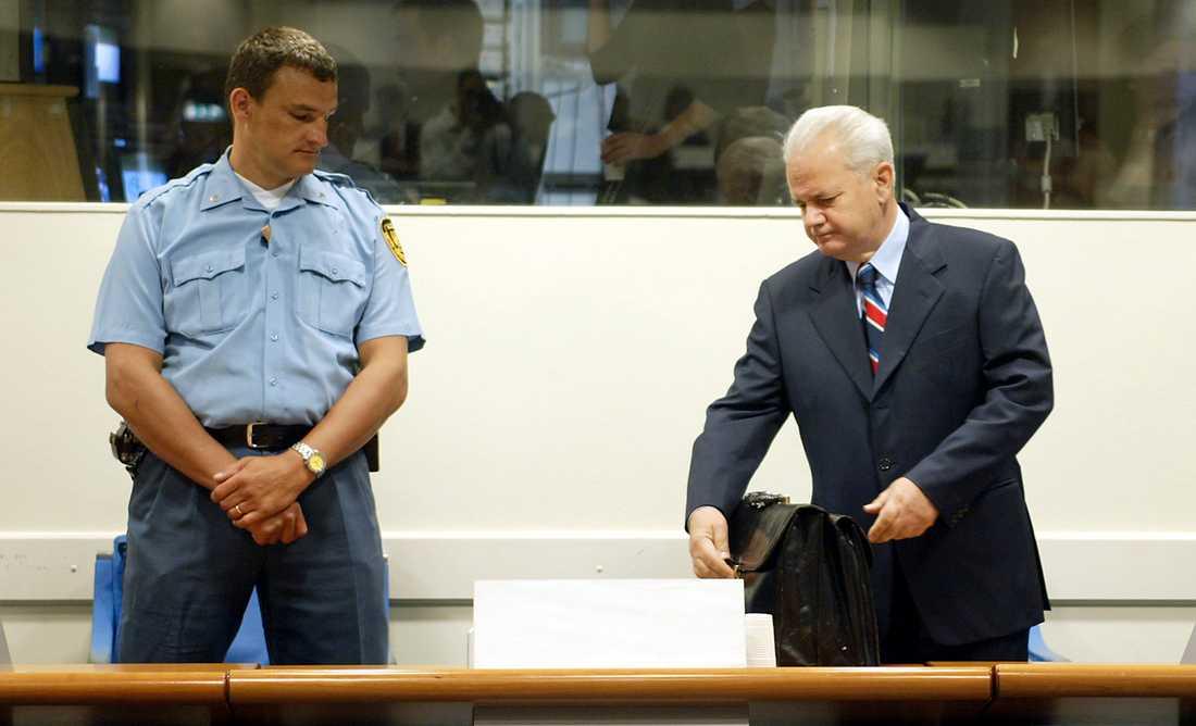 Slobodan Milosevic inför Internationella krigsförbrytartribunalen i Haag, 31 augusti 2004.