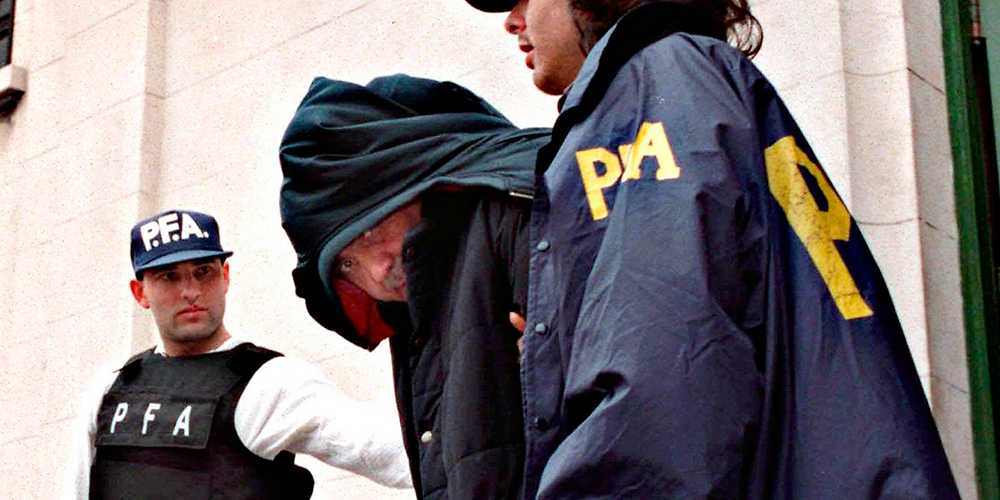 Gripen  Napolitanske maffiabossen Mario Fabbrocino grips i Buenos Aires 1997 efter att ha varit efterlyst sen 1983. Han är ledaren för Fabbrocinoklanen – en del av den fruktade Camorran.