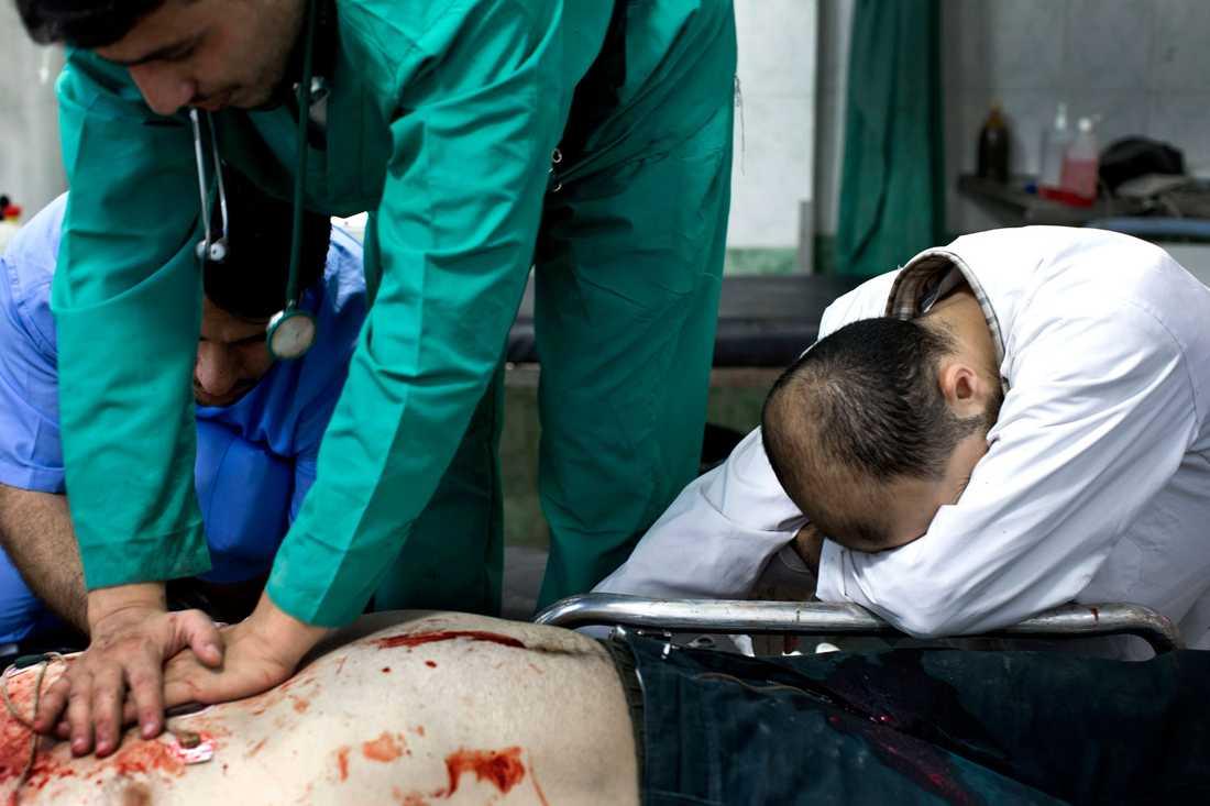 Omar, 31 år och soldat i Fria syriska armén, kommer till sjukhuset med en skottskada klockan 13.49. Nio minuter senare dödförklaras han.