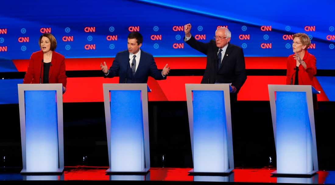 Demokratiska presidentkandidater på plats i Detroit. Från vänster: Amy Klobuchar, Pete Buttigieg, Bernie Sanders och Elizabeth Warren.