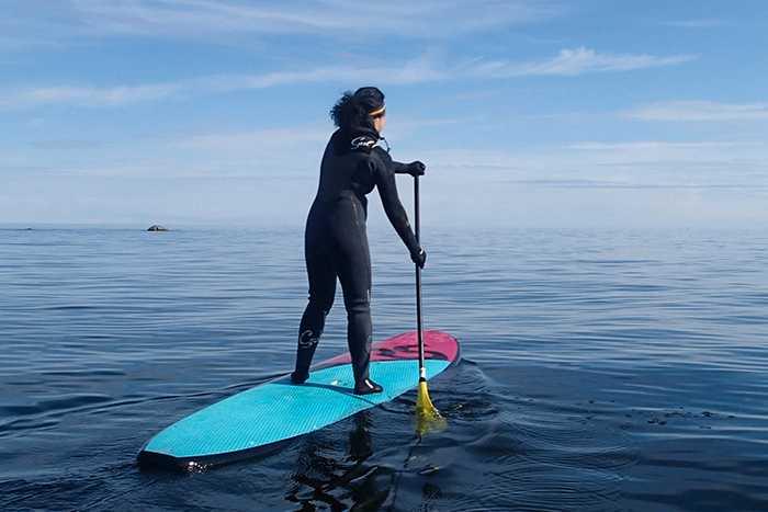 """SMIDIG FARKOST. Med en surfbräda som man står på är det lätt att ge sig ut på nya ställen. Mikael och Lotta tar med den och tippar i den i havet, eller i en älv eller sjö och paddlar ut. """"Jag ser det som en liten guldkant, något roligt att se fram emot"""", säger Lotta."""
