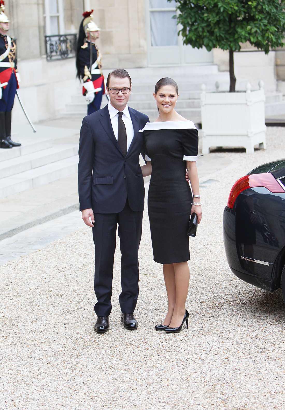 2010 I Frankrike snor Victoria åt sig allt strålkastarljus i en vitsvart-klänning i klassiskt snitt.