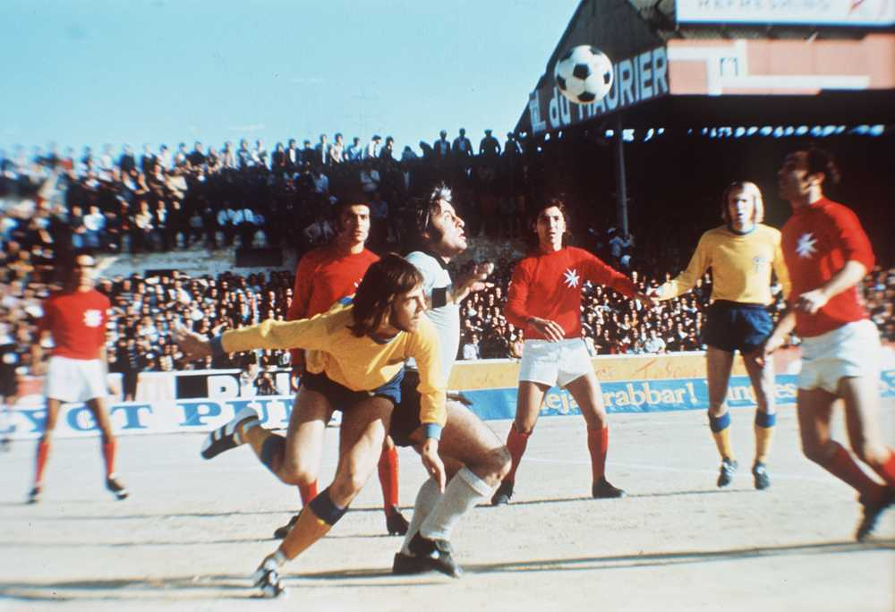 Ralf Edström kämpar i VM-kvalmatchen mot Malta 1973.