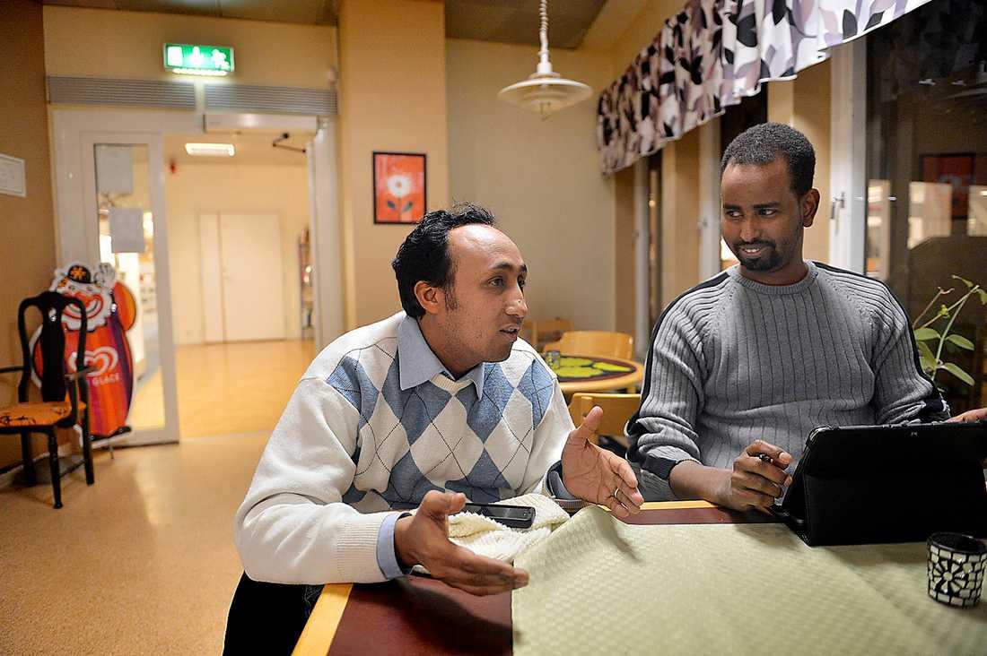 """trött på fördomar  Vännerna Nuradiin och Abdullahi från Borlänge träffades på SFI-utbildningen för akademiker på högskolan. De är trötta på fördomar om """"svårintegrerade"""" svensk-somalier. Abdullahi jobbar som tjänsteman på kommunen, men har egentligen en universitetsexamen i nationalekonomi från Sudan. Samma utbildning som finansministern Anders Borg."""