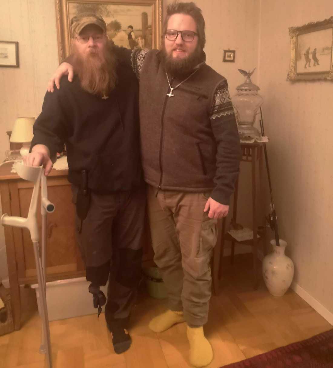 Grannarna Jan-Erik Guneriussen och Pontus Björk. Jan-Erik har bara ett ben – han tvingades amputera efter en tids sjukdom för fem år sedan.