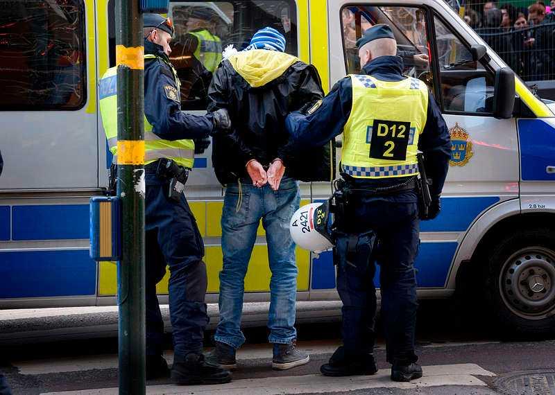 """Polisen griper en polsk fotbollshuligan i samband med """"Folkets demonstration"""" i Stockholm. Minst en av de som greps misstänkta för förberedelse av attack mot ett asylboende i Nynäshamn greps också i samband med """"Folkets demonstration""""."""
