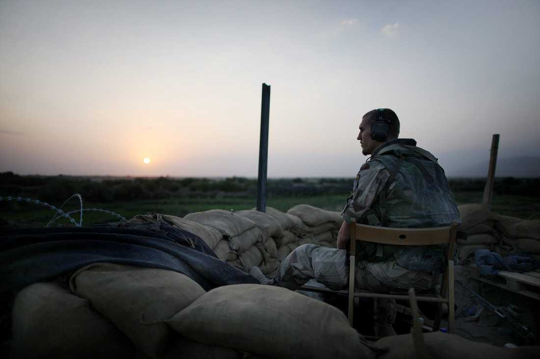 En svensk soldat under nattpass på kullen utanför byn Alizayi.