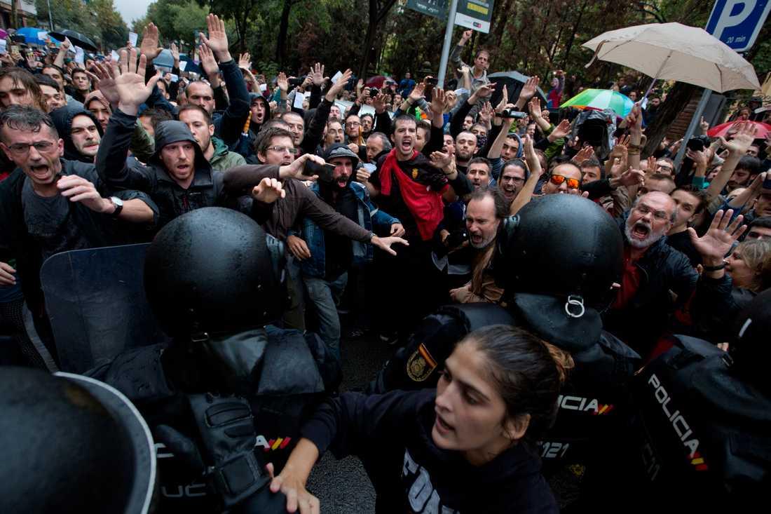 Spansk polis slår brutalt ner valet i Katalonien den första oktober.