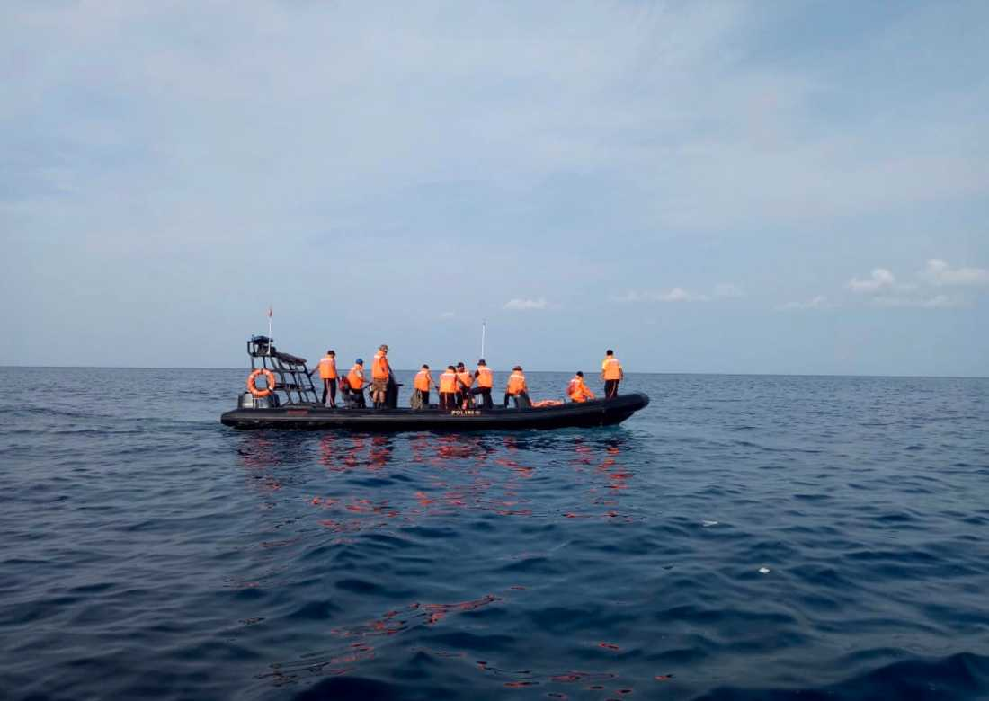 Räddningsarbetare söker efter offer för flygolyckan i Javasjön.