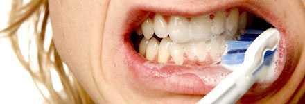 VAR NOGA med rengöringen av tänderna för att slippa riskera att drabbas av tandlossning.