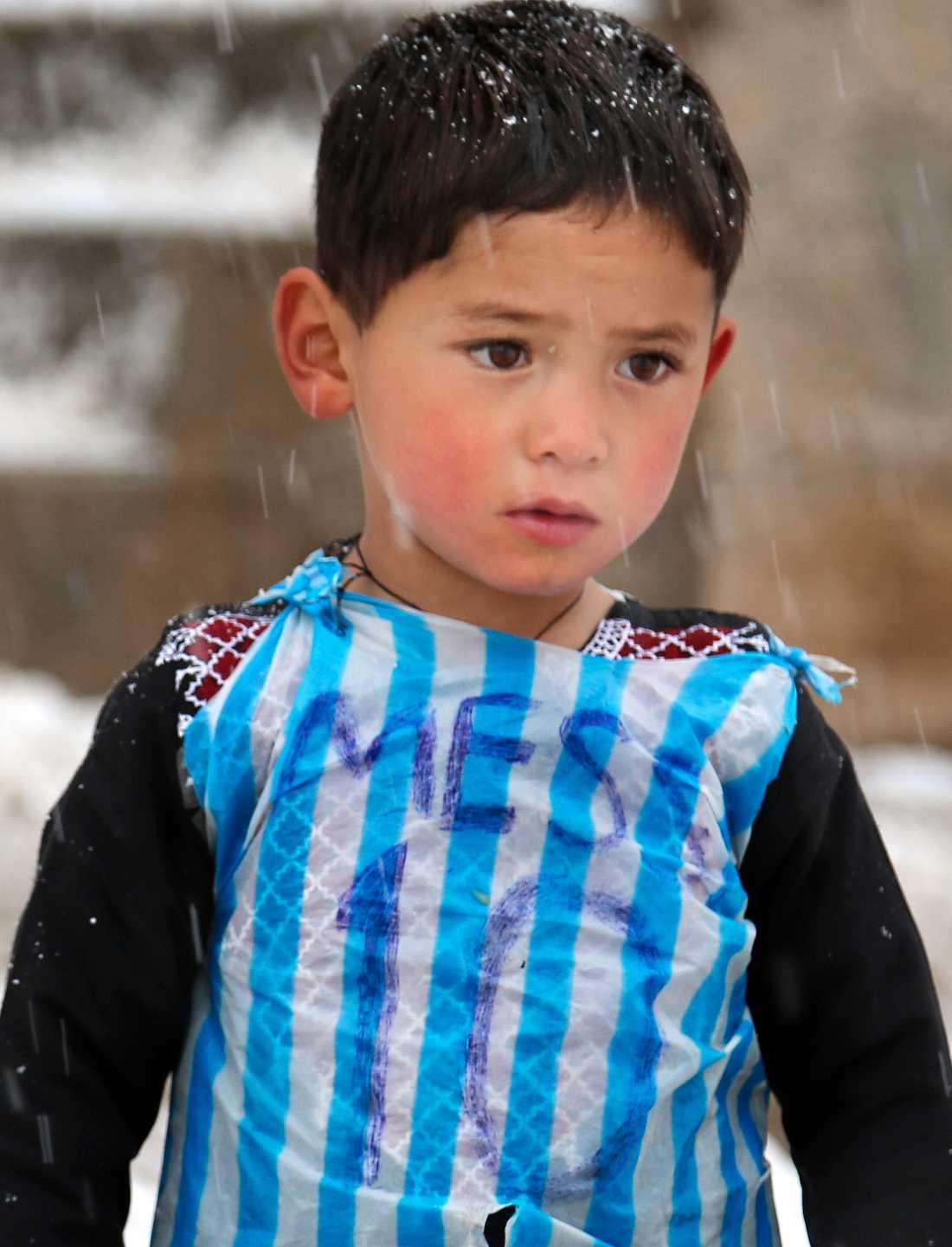 Bilden på Murtaza Ahmadi i en Messi-tröja tillverkad av plast spreds över världen 2016.