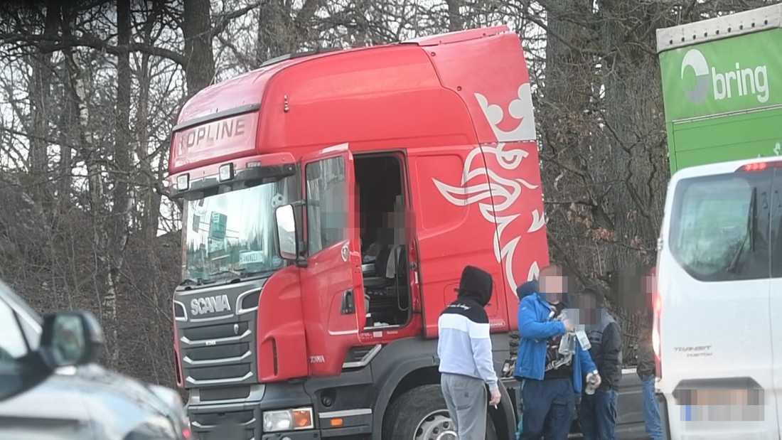 Vid lastbilshytten byter mannen sedlar mot fyra flaskor vodka. På bara några minuter lyckas Aftonbladet TV fånga ett tiotal affärer med smuggelsprit på film.